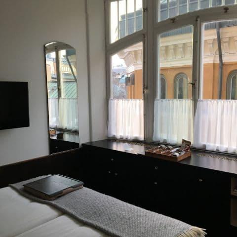 Skön säng och vackra fönster. – Bild från Miss Clara Hotel av Johanna L.