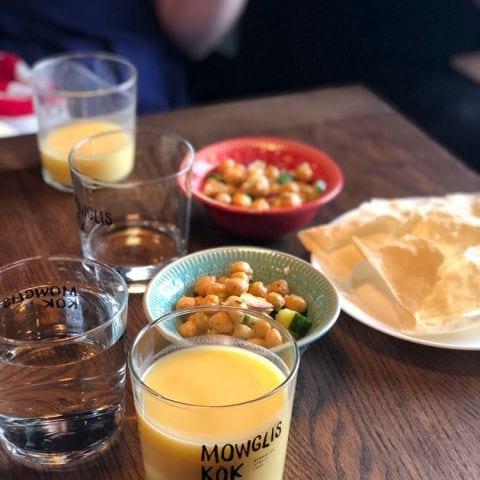 Mango Lassi, papadums och kikärtssallad ingår på lunchen – Bild från Mowglis Kök av Agnes L.