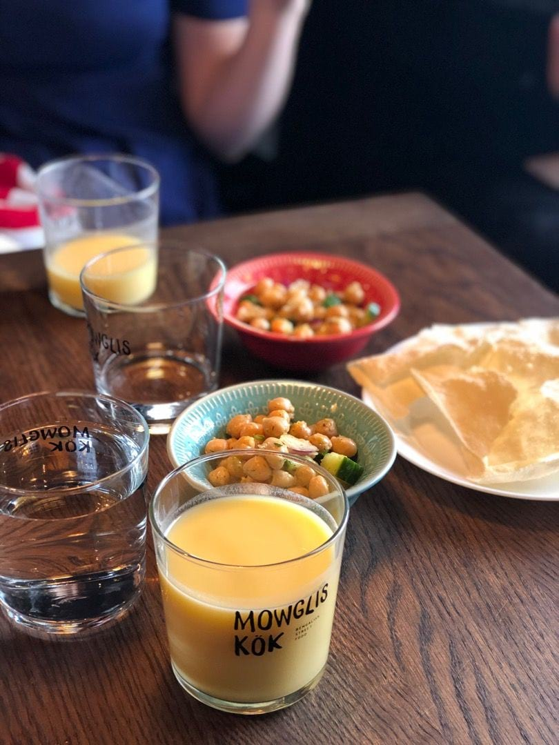 Mango Lassi, papadums och kikärtssallad ingår på lunchen – Photo from Mowglis Kök by Agnes L.