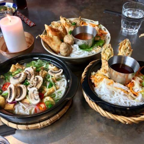 Lunch: pho, vårrullar & fläskfärsspett och vegetariska vårrullar – Bild från Nam Do av Agnes L.