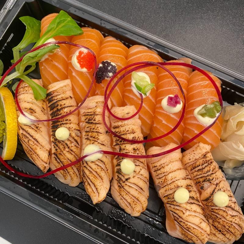 Laxsushi med hälften grillade – Bild från Negu Sushi & Bar av Adam L.