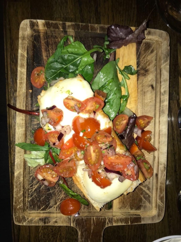 Tomat spenat mozzarella och rödlök på ugnsbakat bröd – Bild från NOC av Nicolina U.