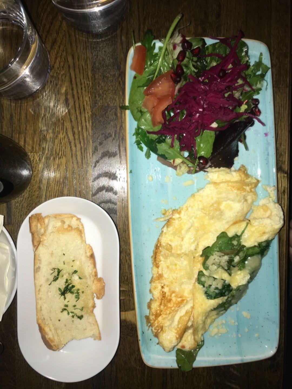 Omeletten med vitlöksbröd – Bild från NOC av Nicolina U.