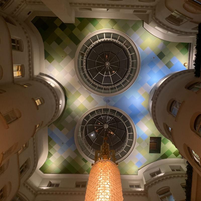 Högt i tak – Bild från Nobis Guldbaren & Loungen av Adam L.