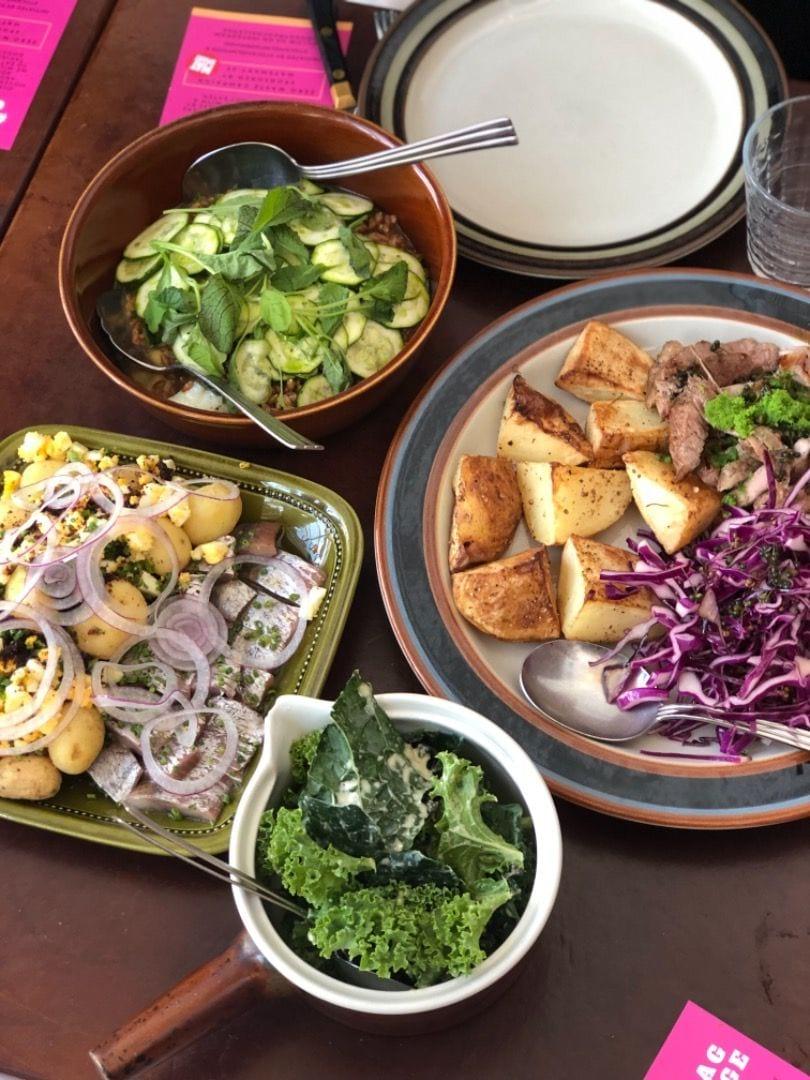 Sill med potatis, balat ägg med zucchini och sen kött, rödkål och rotselleri – Bild från Oaxen Slip av Agnes L.