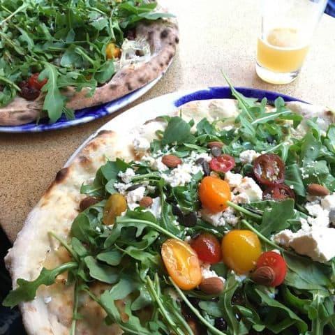 Pizzor med fårost och mandlar samt soltorkade oliver och dadlar etc. – Bild från Omnipollos hatt av Johanna L.