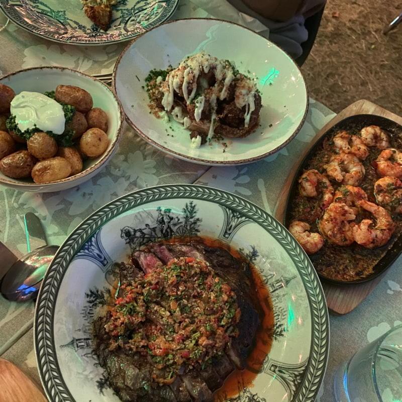 Flankstek, gambas, blomkål och potatis – Bild från Ön av Adam L.