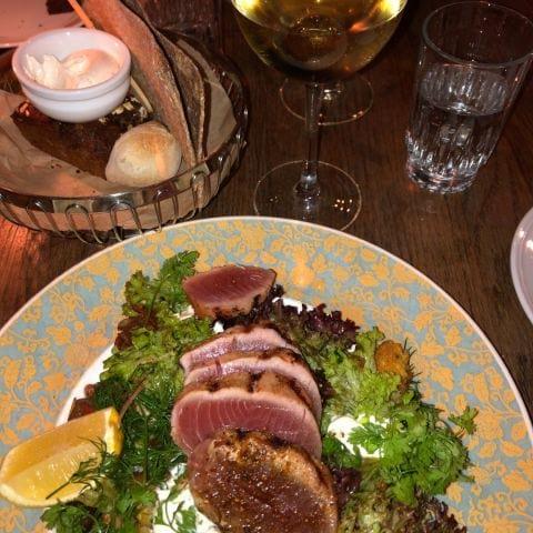 Grillad tonfisk, marinerade kalamataoliver, salsa verde, vitlökskrutonger, rökt yogurt 205kr. – Bild från Österlånggatan 17 av Charlotte A.
