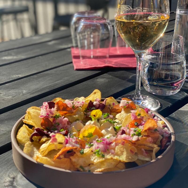 Löjromschips och glas vitt på uteserveringen – Photo from Papa Mastani Bistronomie by Isabelle E.