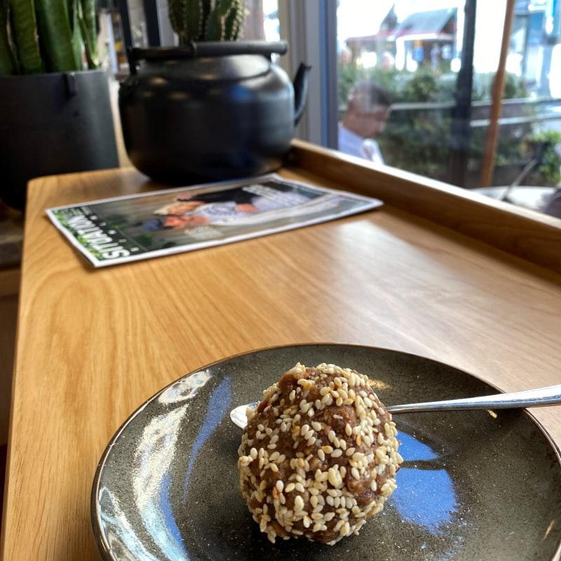 Dadelboll med en hel del krossad nötter! – Bild från Paulas av Madiha S.