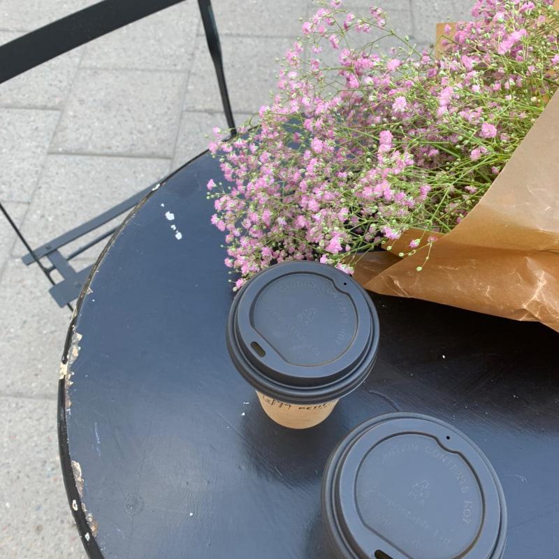Blommor & kaffe ♥️ – Bild från Petit Marché av Sarah A.