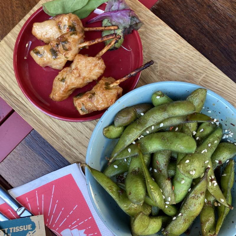 Kycklingspett och edamamebönor – Bild från Pinchos Sundbyberg av Jessica K.