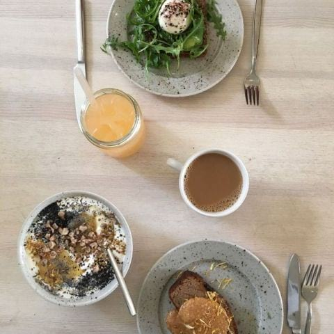 Food: Banana bread w peanut butter, yoghurt w lavender honey & poppy seeds, rye bread w poached egg – Bild från Pom & Flora Odengatan av Caroline L.