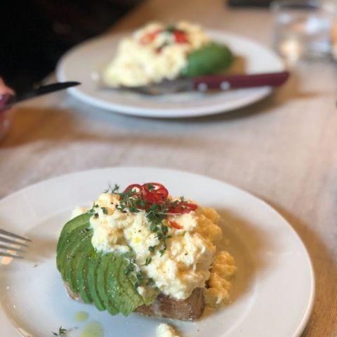 Nummer 1. Cheddarosten i äggen gör allt – Bild från Pom & Flora Odengatan av Annelie V.