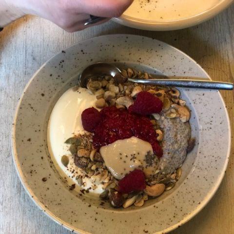 Chia med tahinikräm, frön, bär och tjock yoghurt – Bild från Pom & Flora Odengatan av Annelie V.