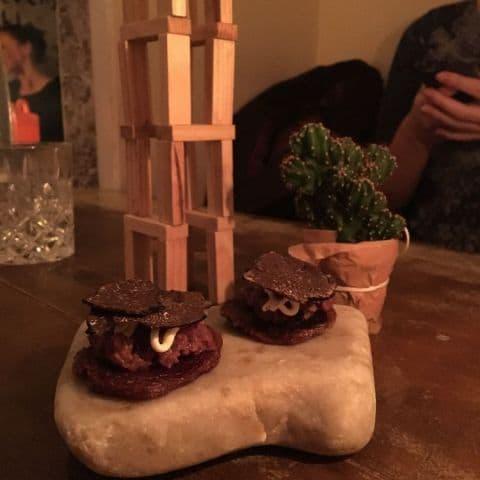 Tartar på björn med tryffel, serveras på en blodplätt – Bild från Punk Royale av Adam L.