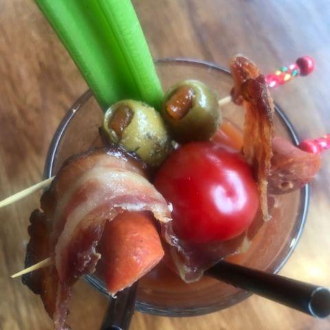 Bloddy Mary med oliver ölkorv selleri och bacon – Bild från Pub Anchor av Nicolina U.