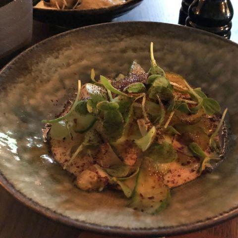 Svartrot i smörsås med mandel, gurka och riven soja – Bild från Restaurang Råkoko av Sophie E.