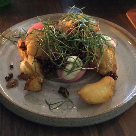 Potatis med dashipärlor, rökt smör, smetana, syrad lök och seaweed – Bild från Restaurang Råkoko av Sophie E.