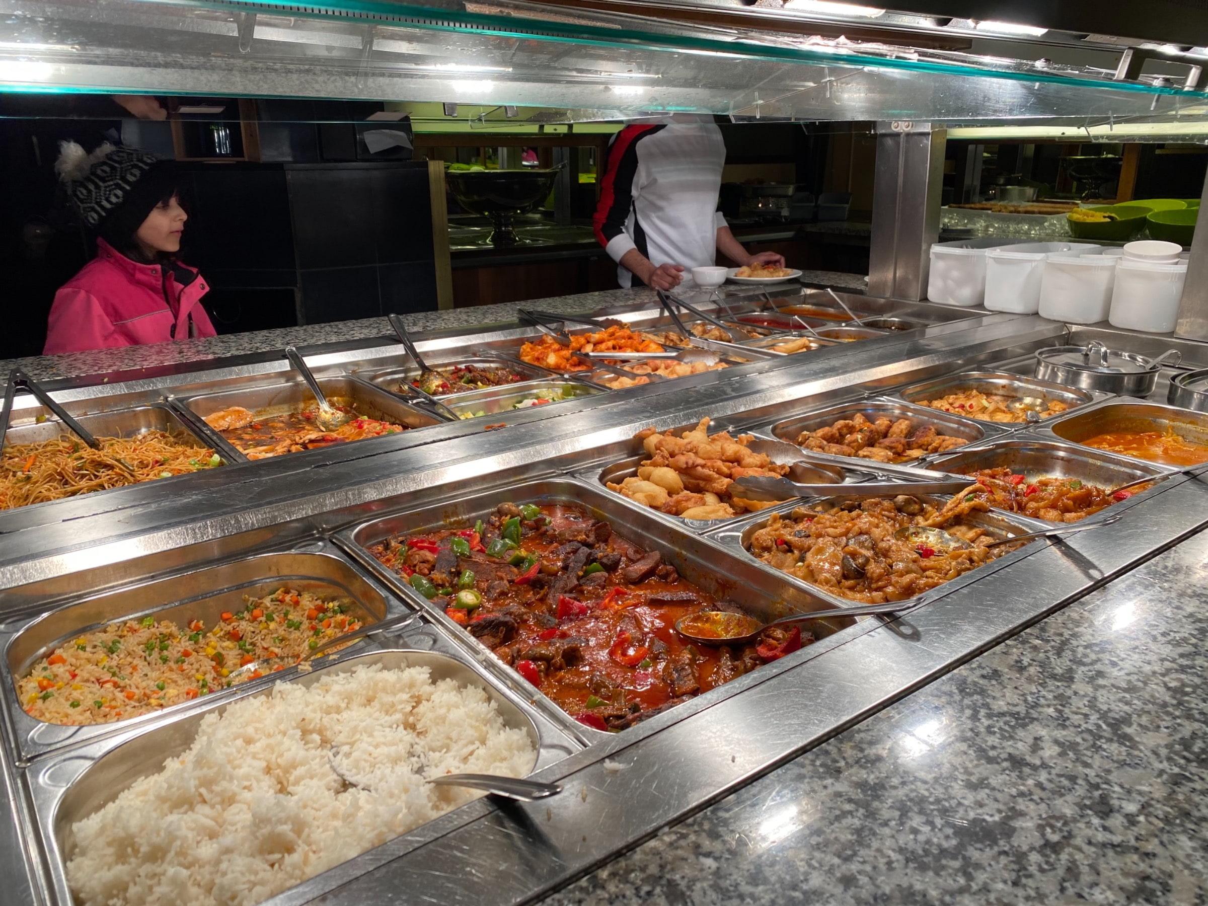 Buffet – Bild från Restaurang Holiday av Madiha S.