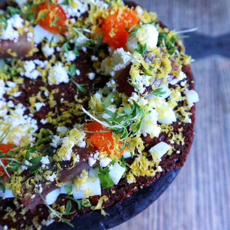 Matjesillsmörgås med nobiskräm, inlagd potatis, löjrom, ägg och rågbröd – Bild från Restaurang Hantverket av Cecilia S.