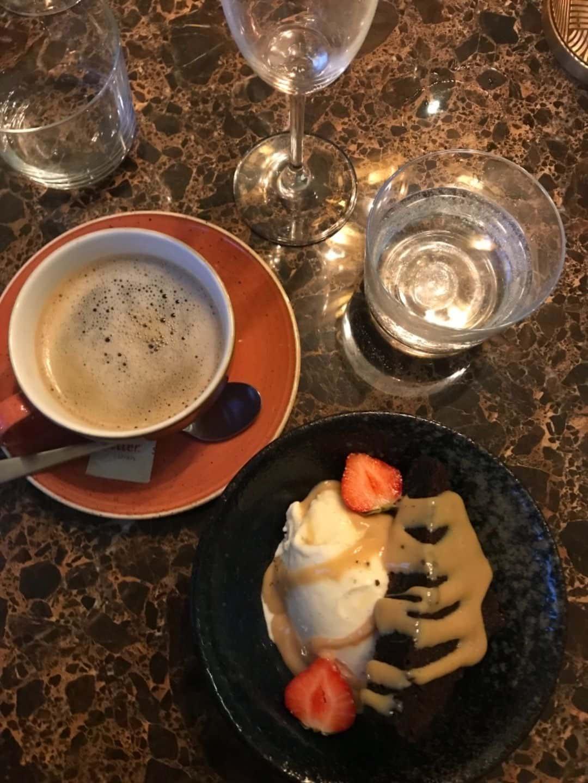 Brownie med vaniljglass och dulce de leche – Bild från Restaurang Artilleriet av Malin S.