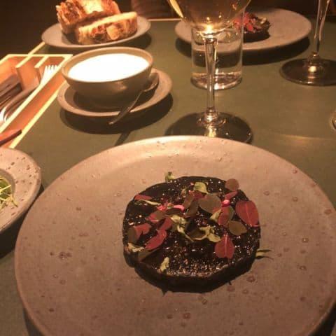 Rödbeta, plommon, myskmadra – Bild från Restaurang Volt av Fredric E.