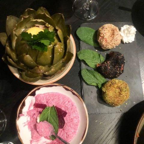 Libanesisk råbiff på oxrulle och hel kronärtskocka i citron och vitlök – Bild från Restaurang Underbar av Ida B.