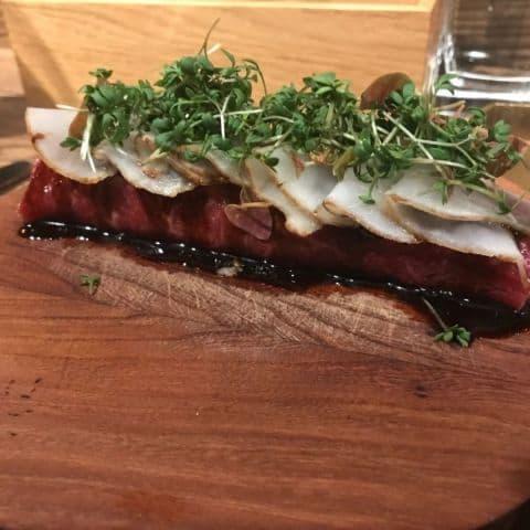 Rå biff med jordärtskocka, gryere och hasselnötter – Bild från Restaurang Hantverket av Sofie L.