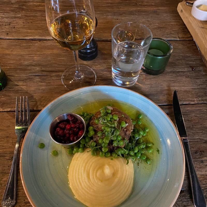 Wallenbergare på älg med potatispuré, ärtor, brynt smör och rårörda lingon – Bild från Restaurang Knut av Lisa S.