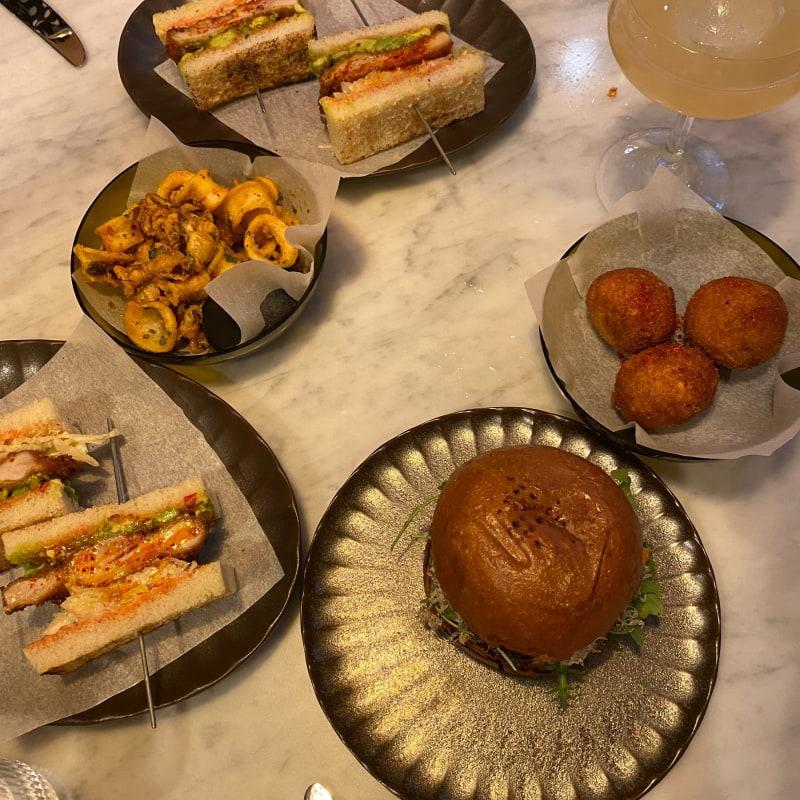 Calamares, club sandwich, kroketter mm – Bild från Restaurang Villa Dagmar av Adam L.