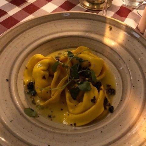Panzotti fylld med buffelricotta, toppad med smält smör och tryffel – Bild från Ristorante Paganini av Fredrik J.