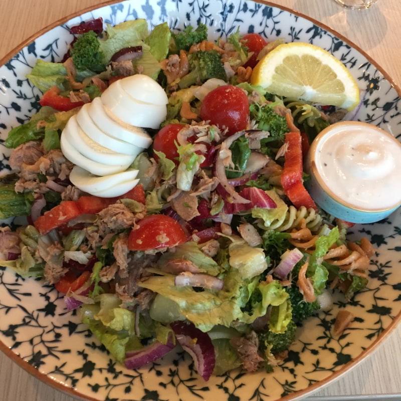 Tonfisksallad – Bild från Sano Foodbar Gullmarsplan av Peter B.