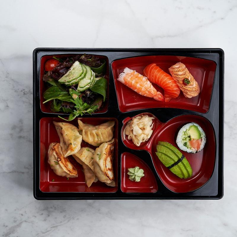 Handgjorda dumplings med valfri sushi – Bild från Saya Sushi Hötorget av Saya S.