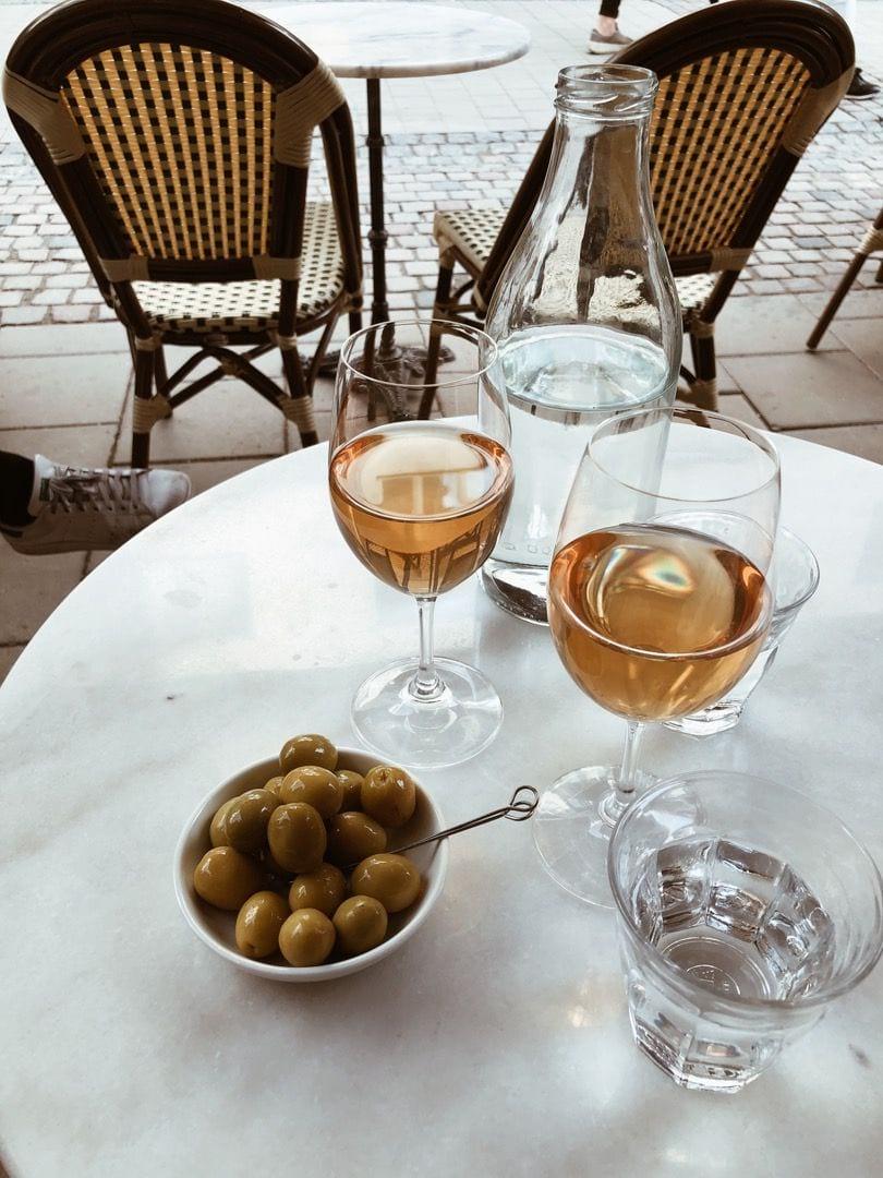 Vin och oliver – Bild från Schmaltz Bar & Delicatessen av Linn W.