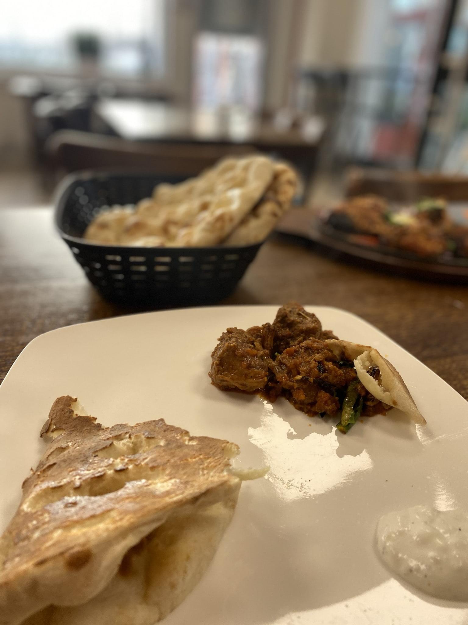 Mutton kerai with freshly baked naan – Bild från Spice Villa av Madiha S.
