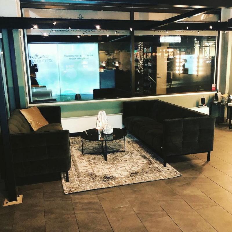 Här får man sitta och mysa med en kaffe medan man väntar – Bild från Studio Aroma Teatergatan av Gunilla G.