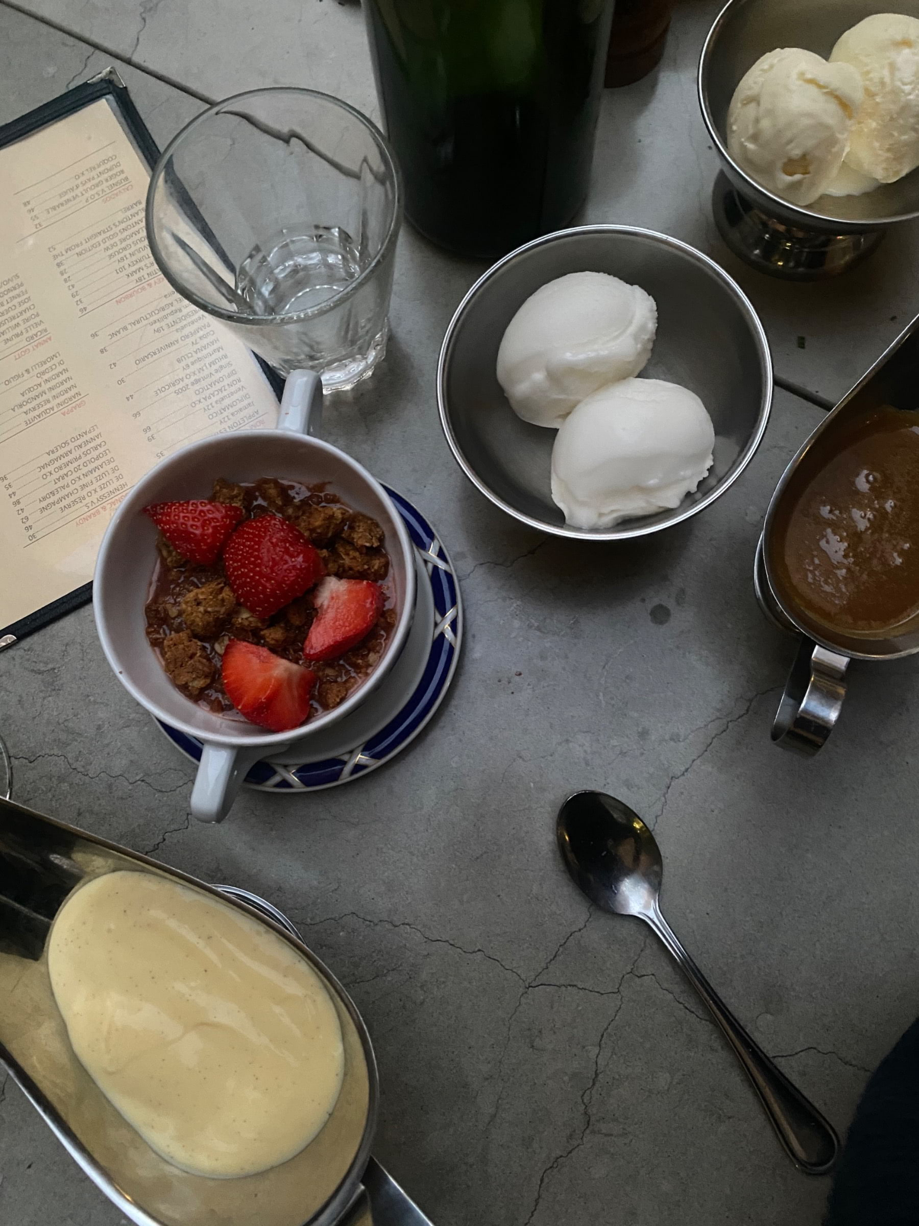 Rabarberpaj och glass – Bild från Styrelsen Bar & Bistro av Adam L.