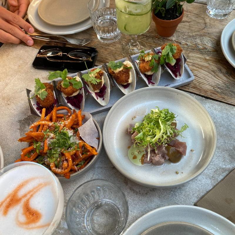 Fish tacos, tonfisktartar och sötpotatispommes – Bild från Supper Visby av Adam L.