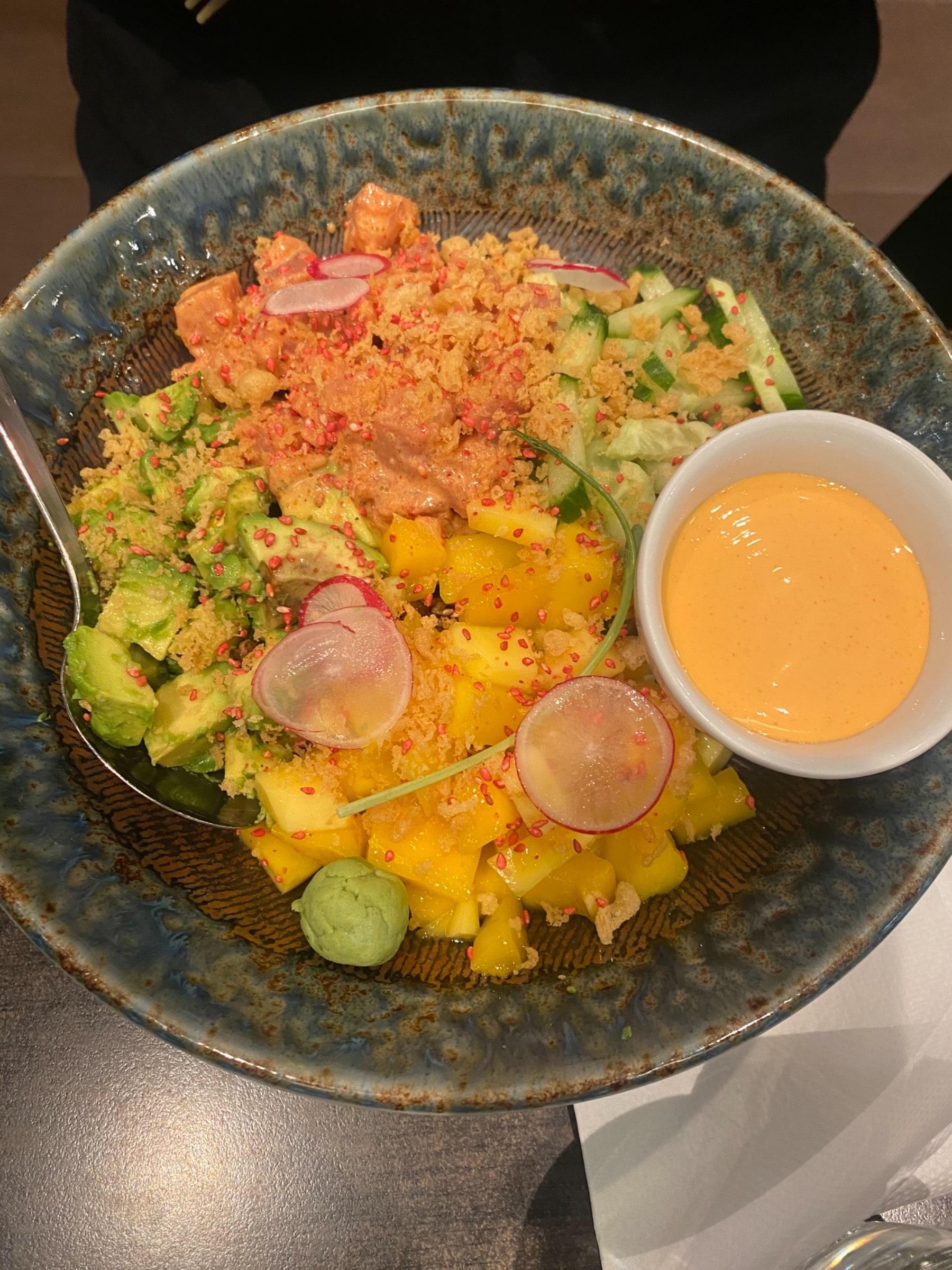 Spicy tuna poke bowl – Bild från Sushi Room av Adam L.
