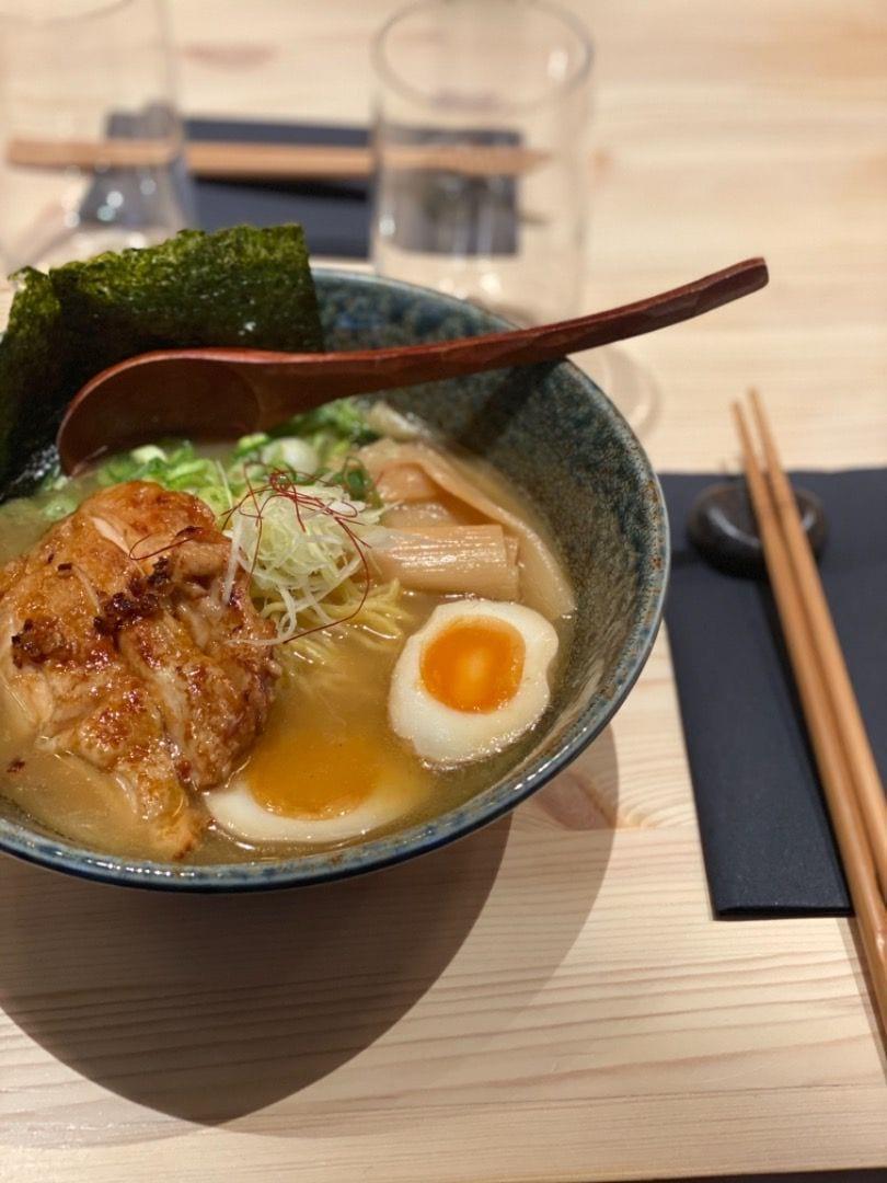 Shoyu Tori (kyckling) – Bild från Take Ramen av Adam L.