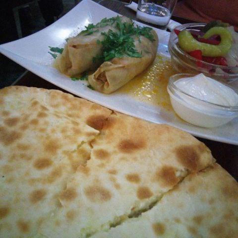 Kachapuri (ostbrödet) är ett måste. Och dolmas – Bild från Tbilisis Hörna av Katarina D.