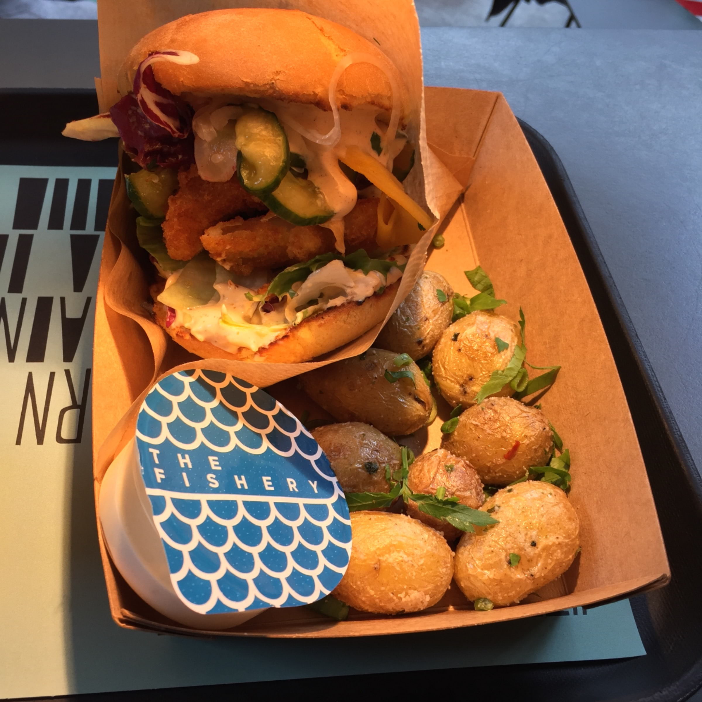 Fishery Burger med småpotatis och dipp – Bild från The Fishery Teatern av Peter B.