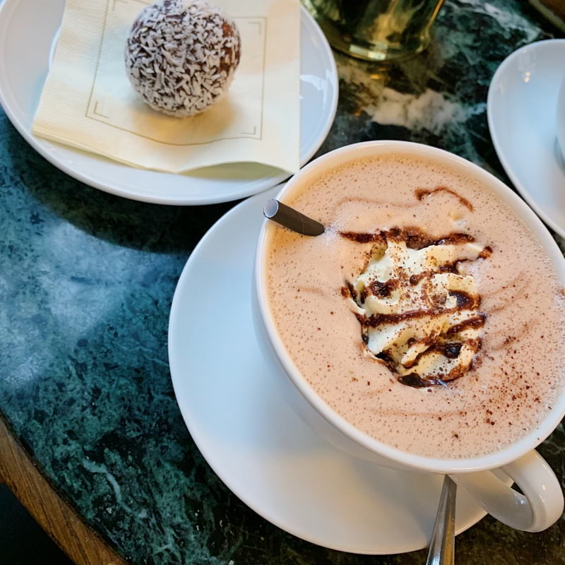 Chokladboll och en kopp varm choklad – Bild från Thelins Grand Café & Vinbar av Caroline S.