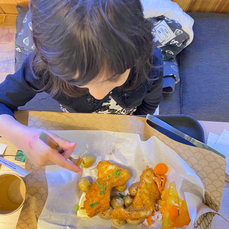Fisk med potatis och silad grönsaker – Bild från The Fishery Täby Centrum av Madiha S.