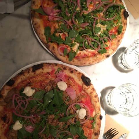 En veg-pizza med zucchini, picklad rödlök, mozarella och en pizza med pulled pork och aioli. – Bild från Tony's av Thelma A.