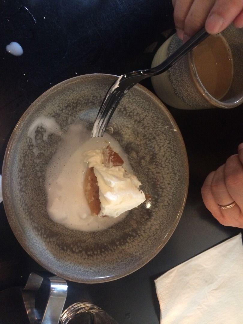 Bowl Semlan- serveras med varm mjölk – Bild från Vallentuna Stenugnsbageri av Madiha S.