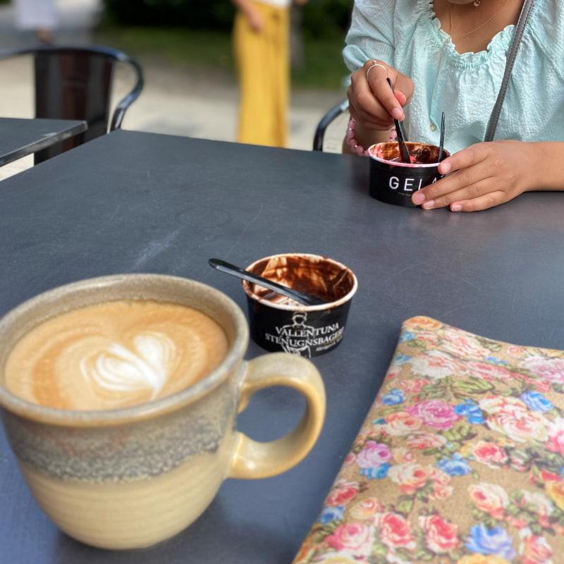 Gelato smak: kokossorbet, hallon sorbet, choklad mums! – Bild från Vallentuna Stenugnsbageri av Madiha S.