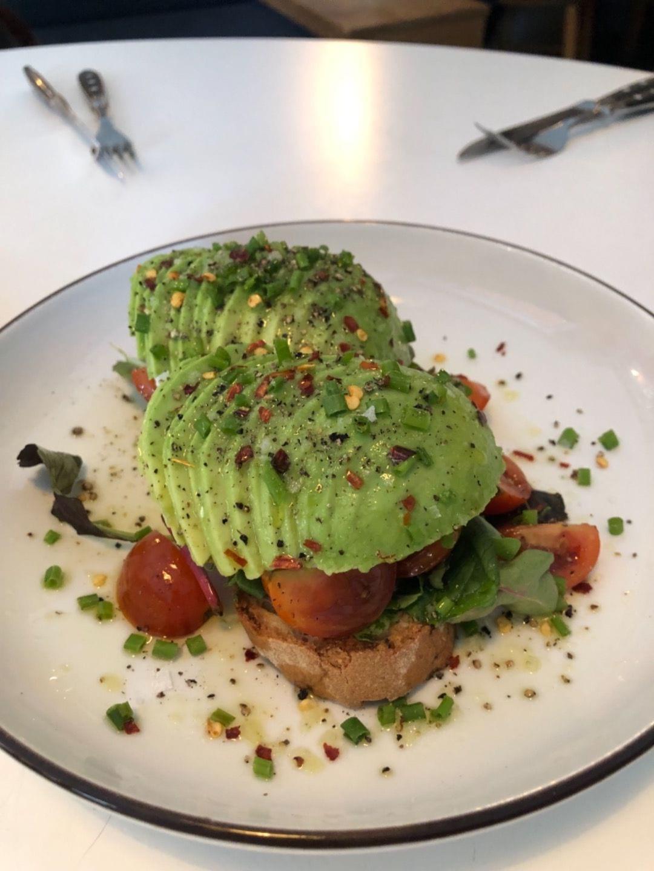 Avokado- och mozzarella – Bild från Viktors Kaffe av Agnes L.