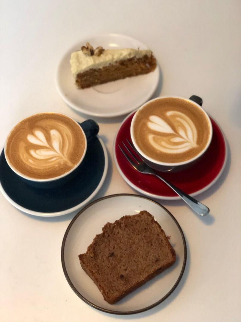 Finkaffe, bananbröd och morotskaka – Bild från Viktors Kaffe av Agnes L.